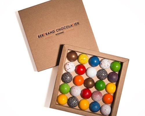 les dômes sont la spécialité de la maison : un chocolat surprenant à découvrir rapidement ! #chocolat #beauchocolat #chocolatier #bertrandchocolatier #domes