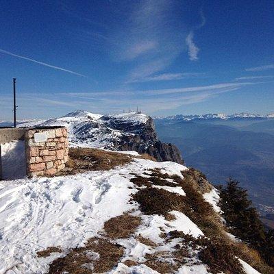 Il  punto panoramico sul Canfedin. Sullo sfondo la Paganella.