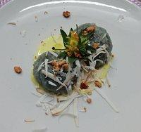 Gnocchi di patate viola ripieni al formadi frant, pere, noci tostate e ricotta affumicata.