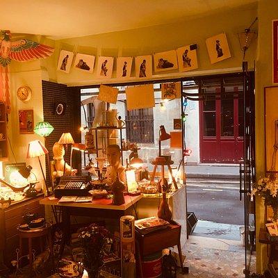 Le Sirop de,ma rue est une boutique de design populaire, de mobilier, de luminaires, d'objets bizarres, de vieux papiers...
