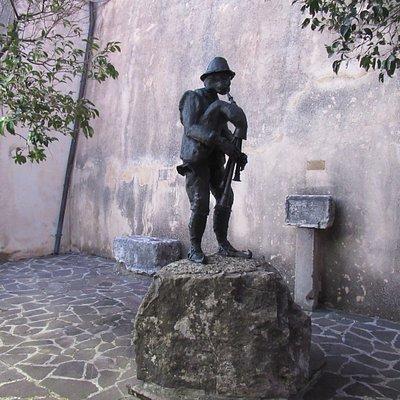 La statua dello zampognaro