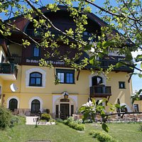 Gartenansicht Gastgarten und Hotel
