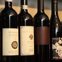 Vår vinlista består av ca 100 olika viner där nästan samtliga går att få på glas.
