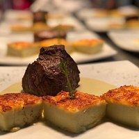 Mignon ao molho gorgonzola com gnocchi romano.