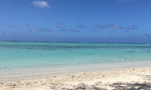 ガラパンから南へ車で20分ほど。 遠浅です。シュノーケリングにぴったりな岩場もあって、そこに集まる魚がみられます。波も緩やか。下になまこがたっくさん居ます。踏んづけないようにずっと浮いてました。なまこの多さは半端なかったですが、とっても気持ちの良いビーチでした。
