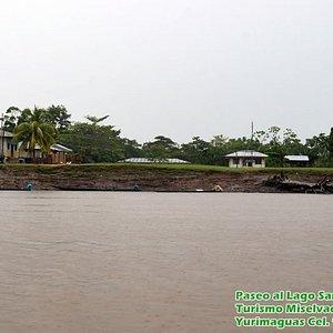 Pueblo de Sanango a orillas del Lago del mismo nombre.