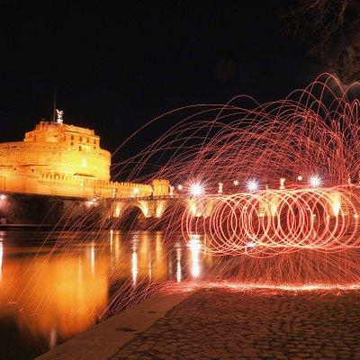 Lungo il Tevere, davanti Castel Sant'Angelo...fuochi d'artificio improvvisati! Bellissima esperienza!