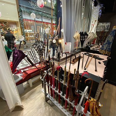 When I visited the store in December 2019, the sales lady (English speaker) was very attentive and patiently showed me a wide range of antique canes.