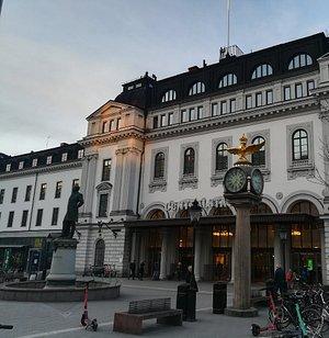 Памятник Нильсу Эриксону у входа в Центральный ж/д вокзал Стокгольма, февраль.