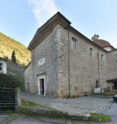 Chiesa e parrocchia dei SS Giuseppe e Maria Maddalena. raggiungibile da Pietrasanta centro on Auto ( circa 4 km) verso il monte.