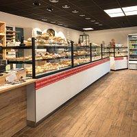 La boulangerie Le Ster, c'est d'abord un endroit où vous pouvez vous procurer du bon pain et d'appétissantes viennoiseries, mais c'est aussi … Un lieu de restauration rapide unique à Ploemeur! Restauration rapide, sur place ou à emporter, avec grand choix de sandwichs, boissons fraîches et boissons chaudes.