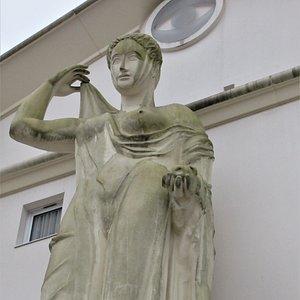 Deuxième statue