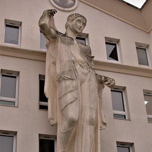 Première statue