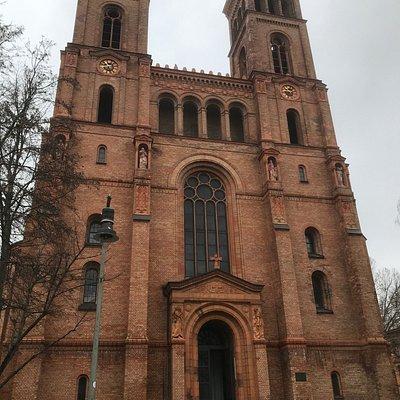 De voorgevel van de St. Thomas Kirche in de wijk Kreuzberg.
