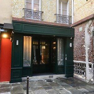 La facade Aux Belles Poules