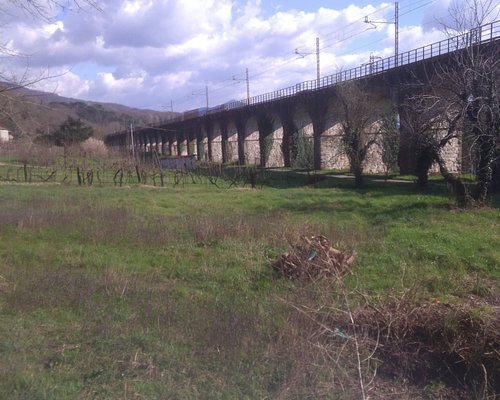 At Migliarina (hamlet of the municipality of Filattiera) the route descends again from the hills in the valley floor, here crossed by the scenic viaduct of the Parma-La Spezia railway.