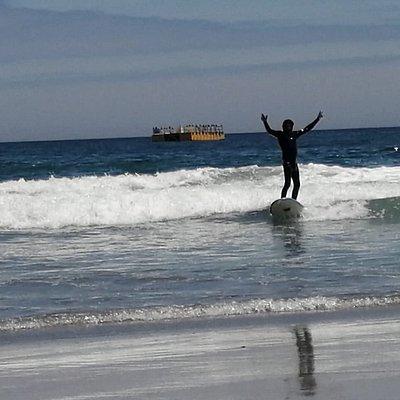 Clases de Surf en playa Cavancha Iquique, consta de 2 horas e incluye equipamiento completo y profesores de Educación Física   Contacto: +56959271982 1 clase para Adulto $20.000 CLP  1 clase para niñ@s $15.000 CLP