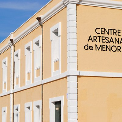 Enfront del Centre Artesanal de Menorca