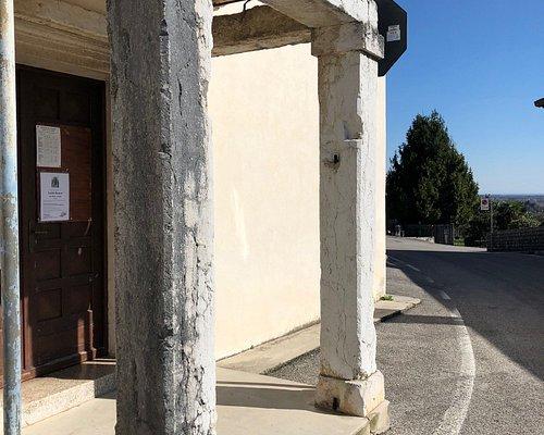 Il piccolo portico sotto al campanile ...