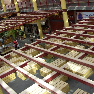 Blick, vom Bus-Bahnhof, von oben, auf die Markt-Halle.