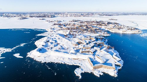 Aerial image of Suomenlinna Sea Fortress located in Helsinki archipelago.   Ilmakuva merilinnoitus Suomenlinnasta, joka sijaitsee Helsingin saaristossa.