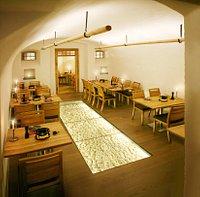Fonduekeller im Adlerhotel Unter Glasscheibe 500 Jahre alter Bollenstein