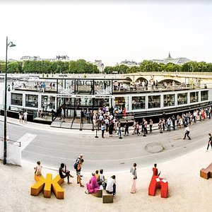 Fluctuart, une plateforme de 1000 M2 sur 3 niveaux qui permettent d'accueillir des expositions temporaires, une collection permanente, des interventions in situ, une librairie spécialisée, des événements culturels, des ateliers créatifs et un rooftop, lieu d'échanges, de fêtes, de rencontres et de partage.