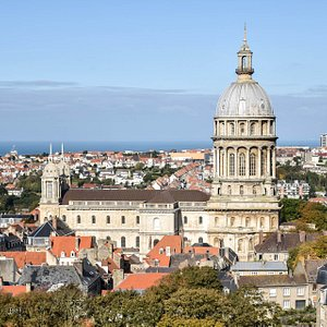 Depuis 160 ans, la basilique Notre-Dame domine la ville de son dôme vertigineux. Elle succède à la cathédrale médiévale, détruite en 1798, et doit son existence à un seul homme, l'abbé Haffreingue. Ce prêtre modeste, et architecte amateur, consacra sa vie à la renaissance d'un sanctuaire dédié à la Vierge Nautonière, fi- gure tutélaire de la ville depuis le 7e siècle.