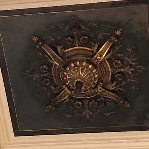 Ferronnerie décorant le plafond de la Salle des Fêtes de la Mairie du 4ème arrondissement de Paris