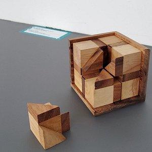 한 번 쥐면 풀 때까지 손에서 놓지 못한다는 #딜레마게임 ! MOI에서 80여가지의 다양한 딜레마게임을 만나보세요.