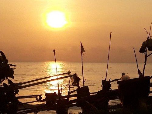 Kapal nelayan dgn latar sunset