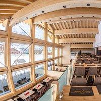 Über zwei Etagen mit einer Galerie zur Panoramafront bieten allen Gästen den perfekten Ausblick. Die obere Etage ist für Gruppenbuchungen reservierbar.