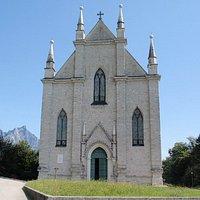 Vista frontale della chiesa