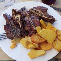 Galtas de cerdo cortadas a láminas, con patatas