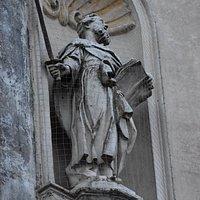 statua in facciata