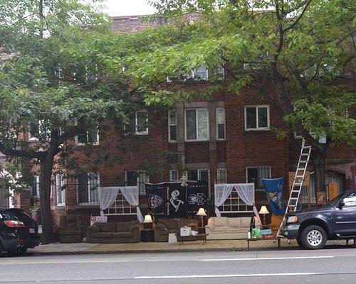 divani e lampade allestite lungo la strada