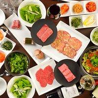 《3,800円コース》  大人焼肉Momoではコース料理をオススメしております。  ・前菜12種 ・赤身ロース ・牛たん塩 ・国産熟成鶏 ・昆布巻き豚バラ ・上赤身 ・国産牛カルビ ・ハラミ ・Momoサラダ ・鬼おろし ・Momo特製スープ ・鉄鍋ごはん  豊富な種類のお肉と前菜を楽しめ、量・質ともに大満足間違いなしのコースです。  初めてのご来店の際、注文に迷ったらこちら♪