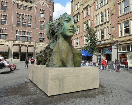 La scultura in bronzo con fontana opera dell' artista olandese Mark Manders.  Raffigura 2 teste di donna contrapposte al centro delle quali sgorga l' acqua.