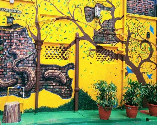 Amazingly beautiful street art - love the bright colours!