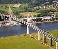 """voici le pont de bretonne. Assez majestueux, de plus près on se voit tout petit à côté de ce """"mastodonte"""""""