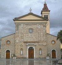 Chiesa in primo piano