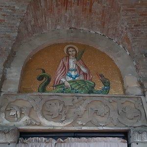 architrave decorata con mosaico