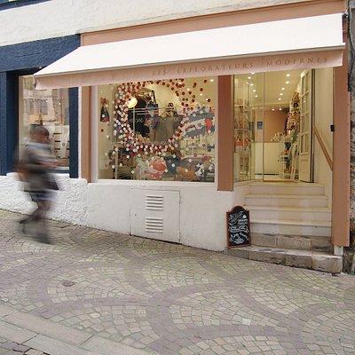 Découvrez la boutique des Explorateurs Modernes en haut de la rue du Pilori, à deux pas de la Cathédrale de Bayonne.