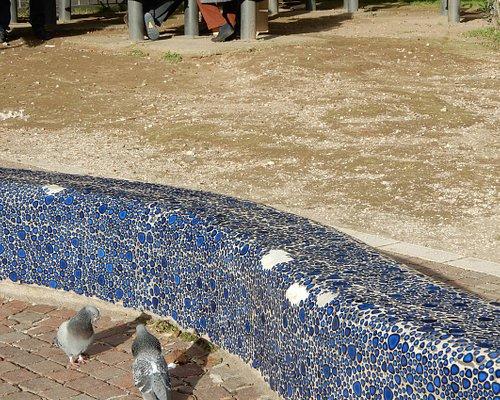 Gli ingredienti del parco: piccioni, muretti a mosaico, anziani che giocano a carte