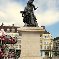 Statue Jeanne Hachette  Бове Город во Франции