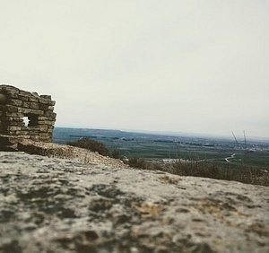 La Guerra Civil española tuvo en Aragón un importante y duradero frente de enfrentamiento. El territorio de Aragón quedó dividido de norte a sur por un frente de guerra de más de 400 kilómetros.En ambas retaguardias, la violencia se impuso con toda su crudeza.El cerco de Huesca y batallas como Belchite o Teruel constituyeron un foco de atención tanto nacional como internacional.
