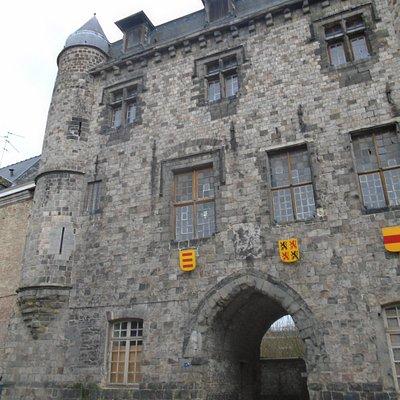 Belle façade du château de Bailleul (ne se visite pas)