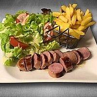 Saucisse chablisienne accompagnée de frites et salade