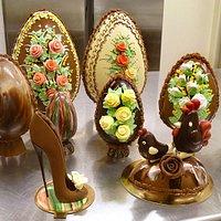 Uova di Pasqua decorate e delizie al cioccolato in forme originali