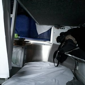 ベッドの足元には荷物棚があり、身の回りの品物が置ける